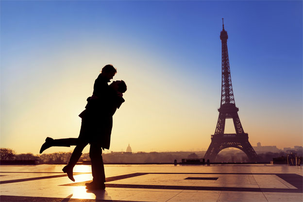 Silhouette-of-young-couple-in-love-with-Eiffel-Tower